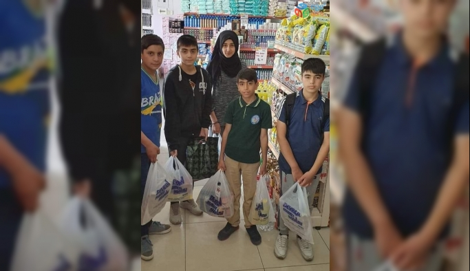 Harçlıklarını toplayan öğrenciler Ramazan paketi hazırladı