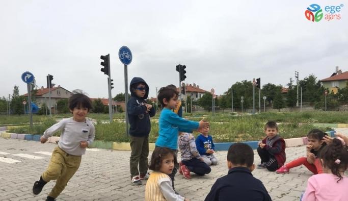 Şuhut'ta minik öğrencilere unutulmaya yüz tutmuş oyunlar oynatıldı
