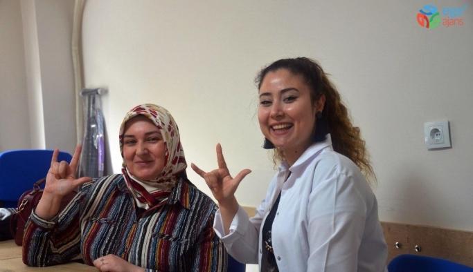 Yunusemre ile işaret dilini öğreniyorlar