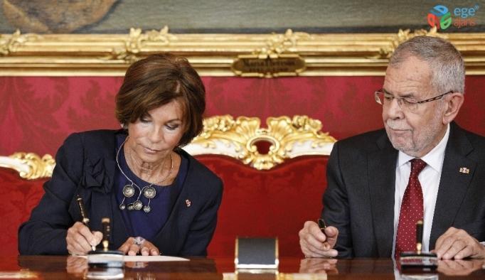 Avusturya'da geçici hükümet yemin etti