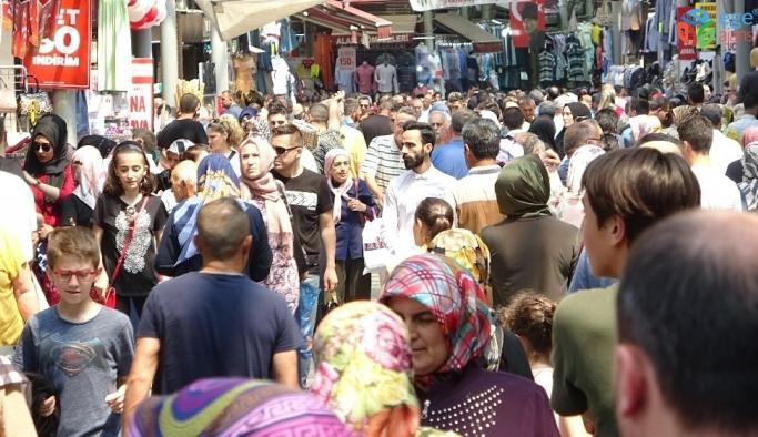 Bursa'da tarihi çarşıda bayram yoğunluğu