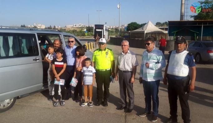 Emniyet Müdürü sürücü çocuklarına karne dağıttı