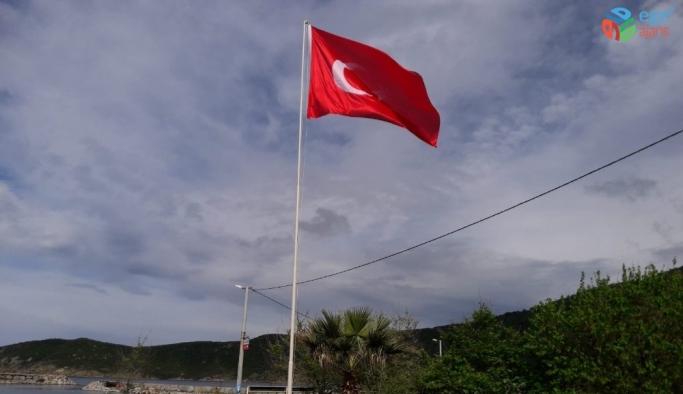 Erdek'in Turan Mahallesi meydanına Türk bayrağı dikildi