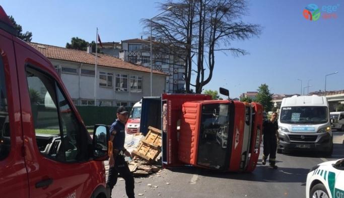 Fayans yüklü kamyonet devrildi: 1 yaralı
