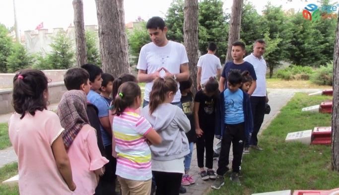 İlkokul öğrencilerinden Dumlupınar Şehitliği'nde duygulandıran davranış