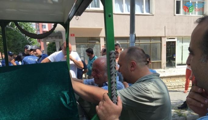 Kadıköy'de hayatını kaybeden çiftin akrabaları cenaze aracının başında gözyaşlarına boğuldu