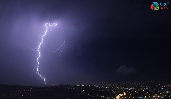 Kocaeli'de şimşekler gökyüzünü aydınlattı