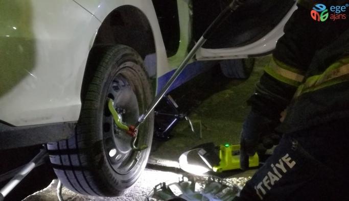 Otomobile giren yılan 4 saatlik çalışma ile çıkarıldı
