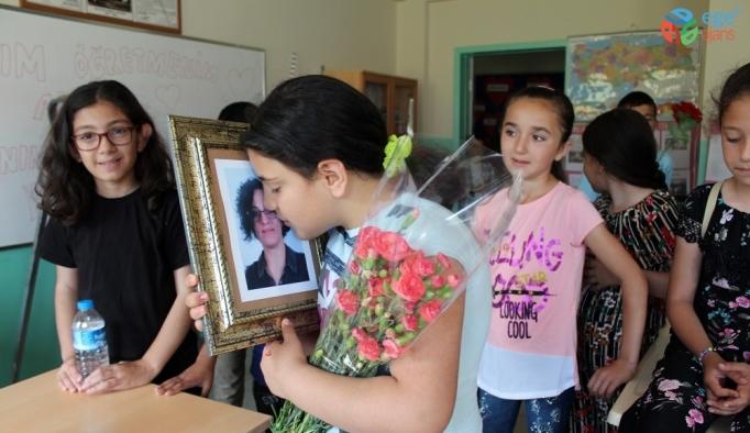 Trafik kazasında ölen öğretmenin sınıfında duygu yüklü karne töreni