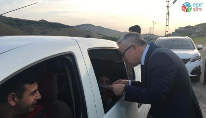 Vali, yolculara gazoz ikram etti
