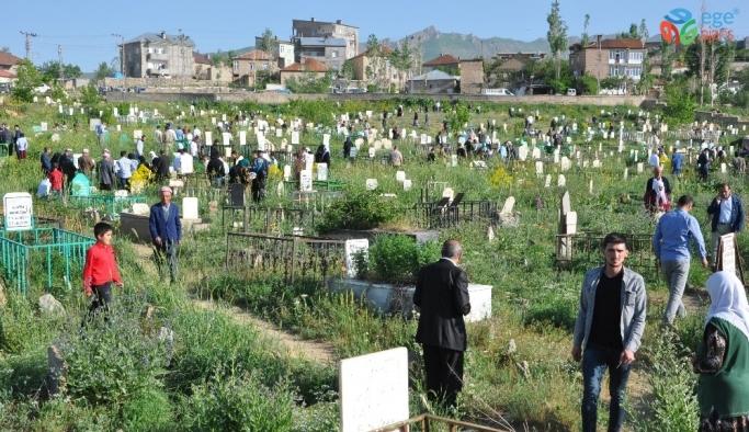 Yüksekova'da mezarlık ziyareti
