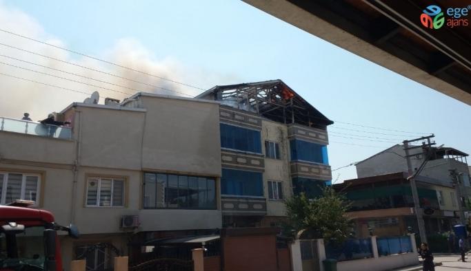 3 katlı binanın çatısı alev alev yandı