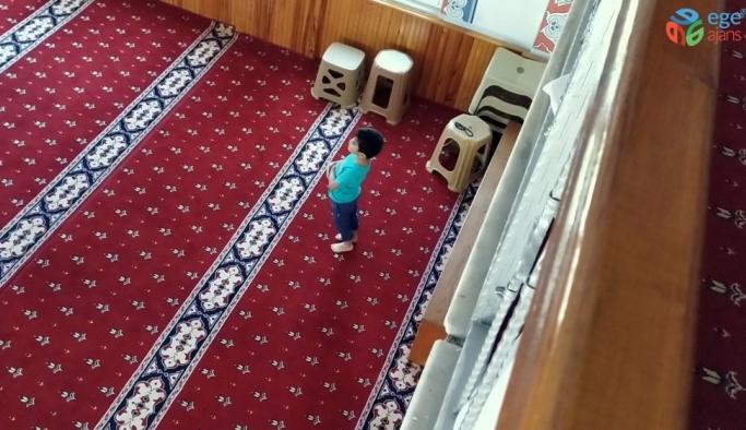 3 yaşındaki miniğin camideki sevimli halleri amatör kameraya yansıdı