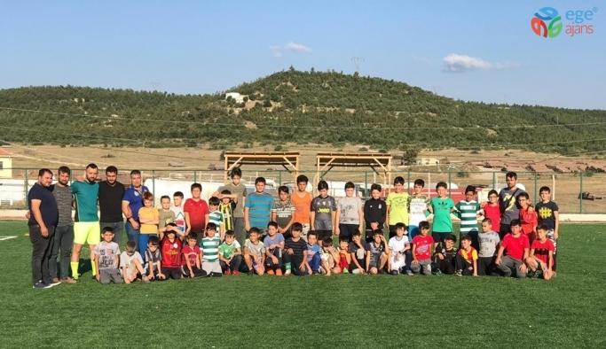 40 öğrenci yaz futbol okulunda eğitim görüyor
