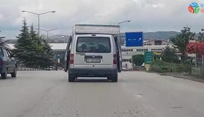 Aracının üzerine bağladığı yatakla ilerleyen sürücü tehlike saçtı