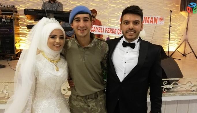 Asker kardeşi sürpriz yapıp düğüne askeri kamuflajla katıldı