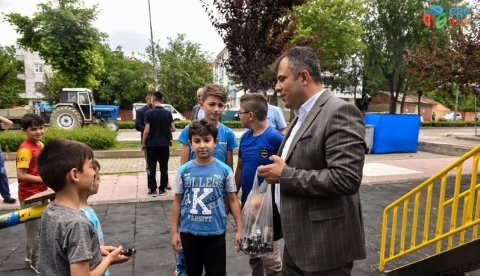 Başkan Çatal'dan, park oynayan çocuklara sürpriz