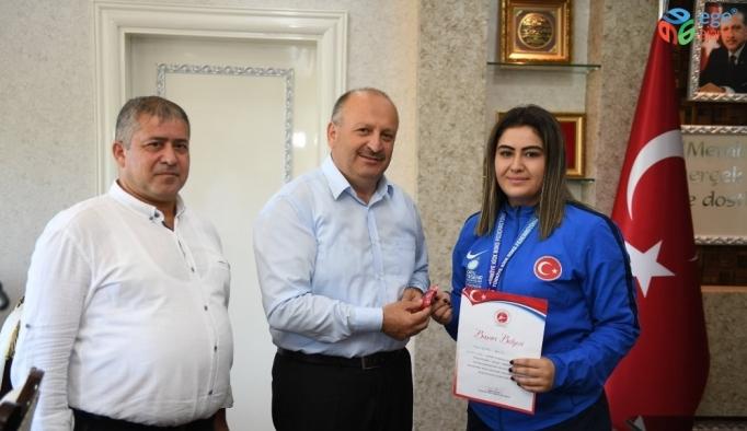 Başkan şampiyon sporcuyu ödüllendirdi