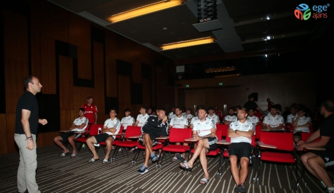 Beşiktaş Futbol Takımı'na yeni sezon kuralları hakkında bilgi verildi