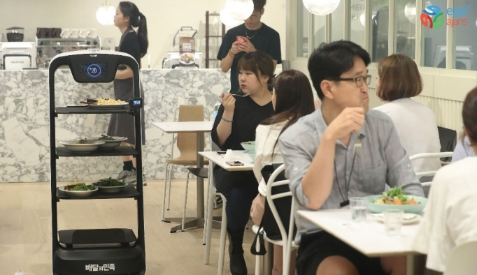 Bu restoranda QR koduyla girilen siparişleri robotlar servis ediyor