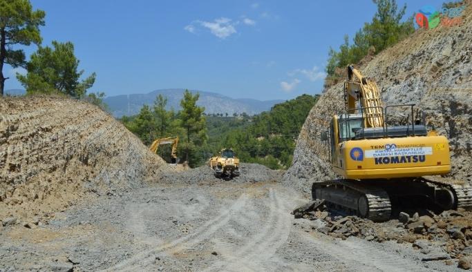 Büyükşehir Manavgat'ta dağları kırıp yeni yol açıyor