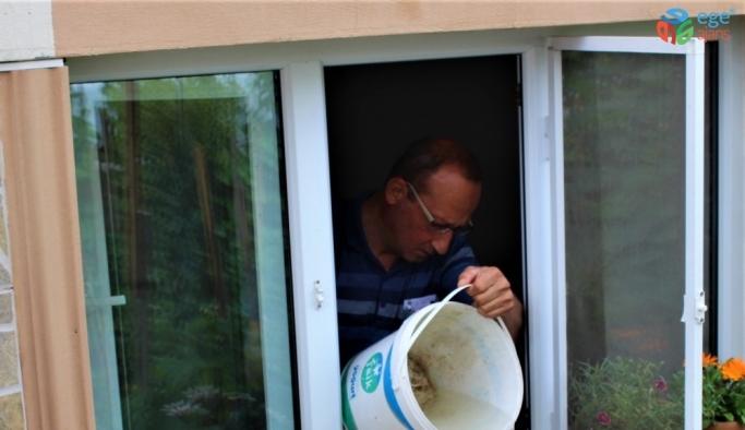 Evlerinin su basmasını çaresizce izliyorlar