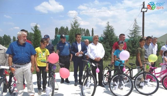 Hisarcık'ta öksüz ve yetim çocuklara bayram hediyesi bisiklet dağıtıldı