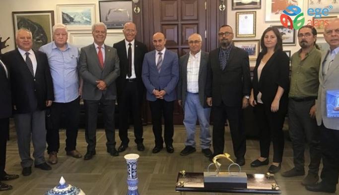 İzmir Sosyoloji Derneği Yönetim Kurulu üyeleri İzmir Büyükşehir Belediye Başkanı Tunç Soyer'i makamında ziyaret etti.