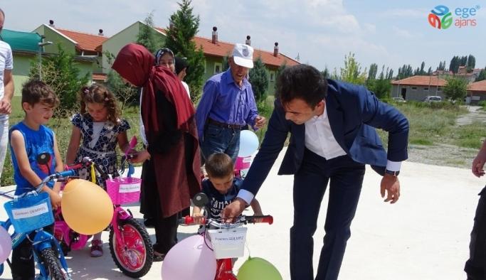 Kaymakam Okatan, miniklere bisiklet kullanmasını öğretti