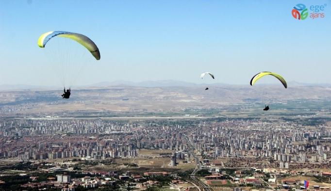 Kayseri'de yamaç paraşütü şöleni