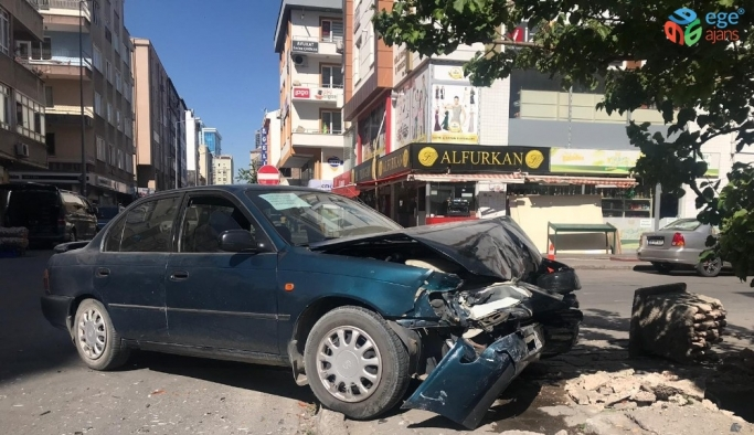 Kaza yapan otomobil duvara çarparak durabildi