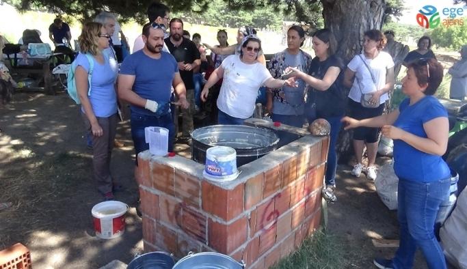 Kazdağları'nda Alman turistler geleneksel zeytinyağı sabunu yapmayı öğrendiler