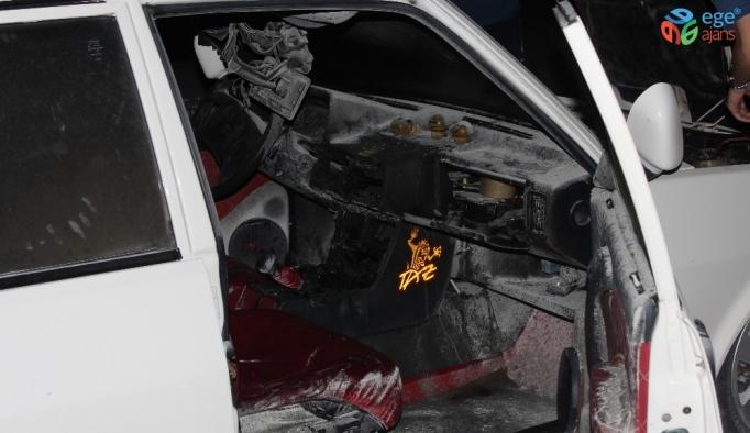 Menteşe'de park halindeki araç yandı