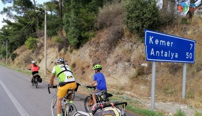 """Pedal çeviren """"Küçük 1 Aile"""" Antalya'ya vardı"""