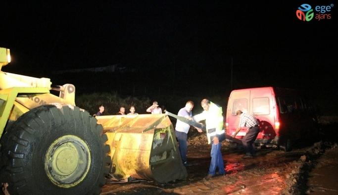 Sel, Oltu-Narman yolunu trafiğe kapattı