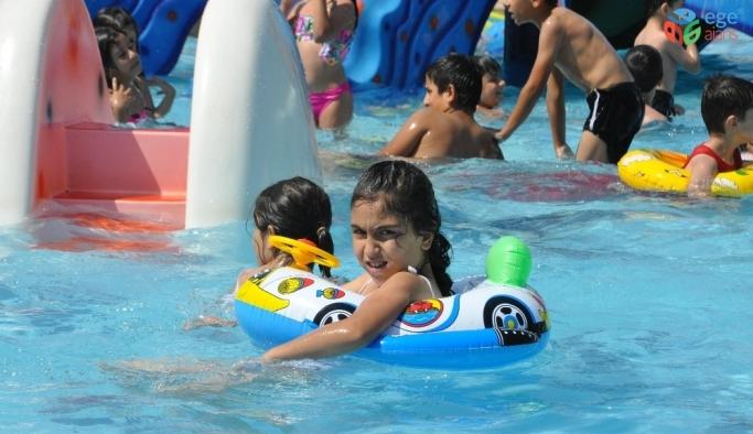 Sıcaktan bunalan vatandaşlar havuza akın etti
