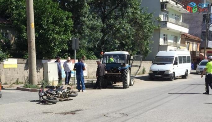 Traktör ile motosiklet çarpıştı: 1 yaralı