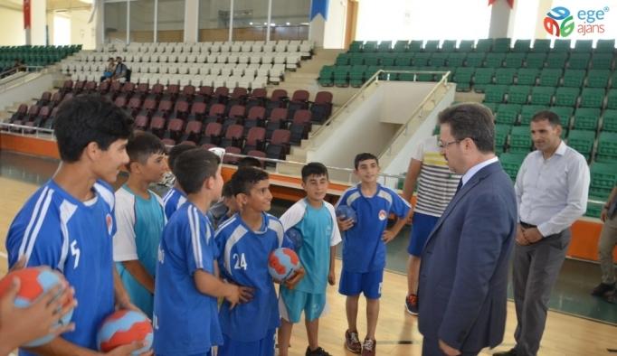 Vali Ünlü, yaz spor okullarında çocuklarla bir araya geldi