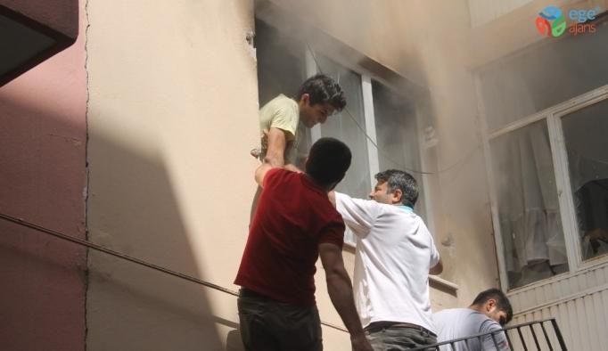 Apartmana tırmanıp korkuluğu kıran esnaf, yangında mahsur kalan öğrenciyi kurtardı
