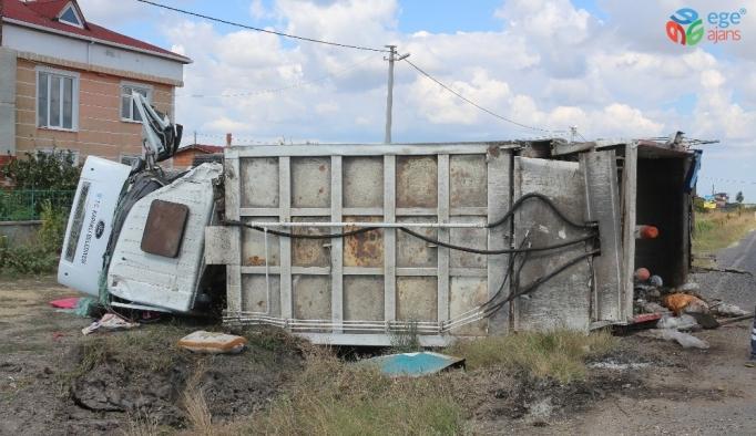 Belediyeye ait çöp kamyonu devrildi: 3 yaralı