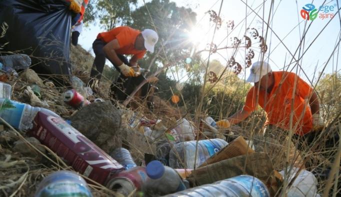 Bodrum'da 4 saatte 2 ton çöp topladılar
