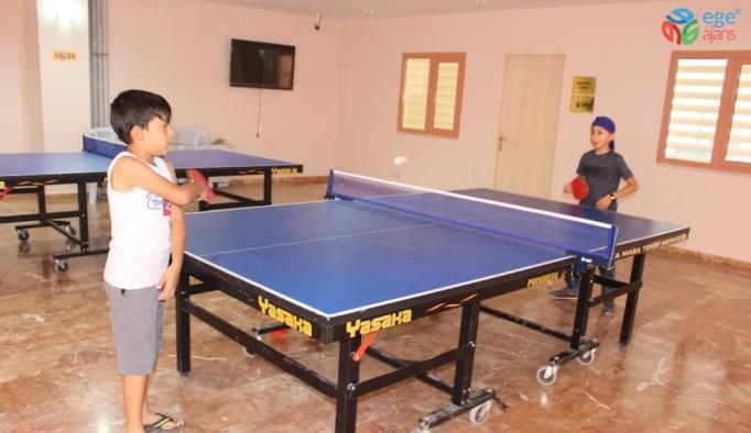 Çocuklar ve ev hanımları tenis öğreniyor