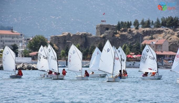 Eğirdir Gölü'ndeki ücretsiz yaz kursunda yelkenler fora