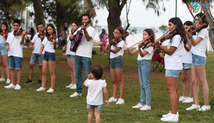Konyaaltı Belediyesi Oda Orkestrası sokakta