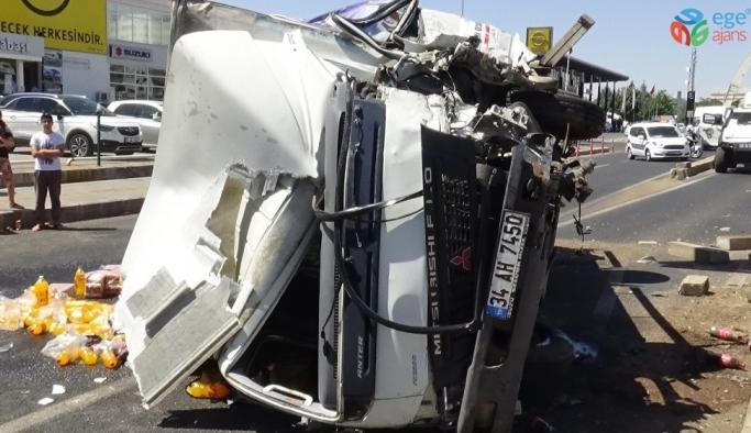 Meşrubat yüklü kamyonet kaza yapıp devrildi: 2 yaralı