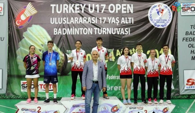 Osmangazili badmintoncular madalyaya doymuyor