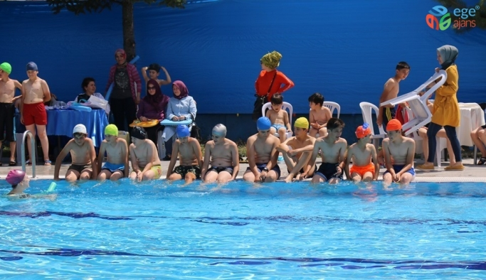 Pazaryeri'nde yüzme kursu açıldı