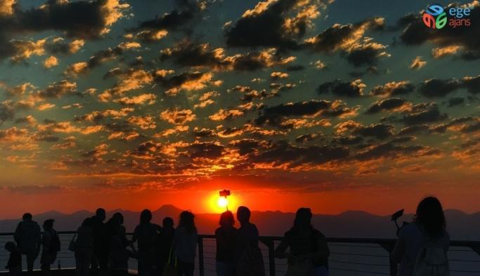 Tahtalı Dağı Zirvesi'nde turistlerin gün batımı keyfi