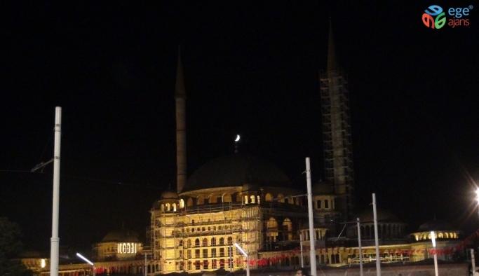 Taksim Camii alemiyle hilal buluştu, vatandaşlar telefona sarıldı
