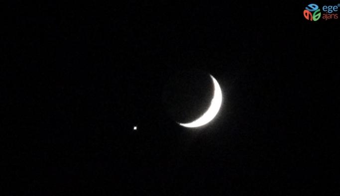 Ay ve yıldız gökyüzünde buluştu